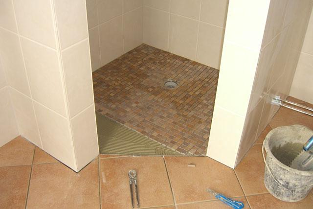 Ordentlich Auf dem Boden der OG-Dusche wurden die Mosaikfliesen verlegt | Die  MI76